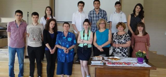 Мария Балчева, 10 в клас, за срещата си с Румяна Горанова, един от най-ярките преподаватели в гимназията, чието име се свързва с любимо издание на хиляди възпитаници на гимназия, списание...