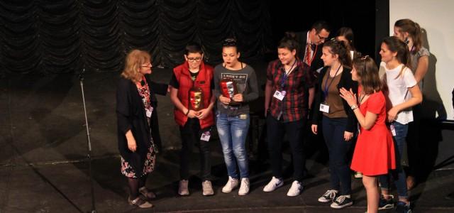 """""""Сребърната маска"""" на ХХІІІ Международен франкофонски ученически фестивал дойде при нас! За блестящата си игра на сцени от """"Плешивата певица"""" на Йожен Йонеско нашите таланти бяха заслужено отличени. Ето ги […]"""